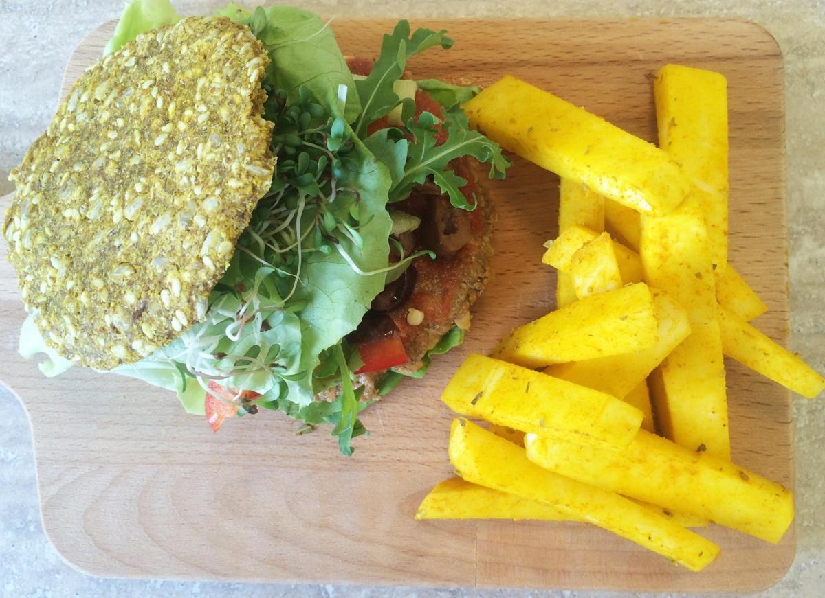Hamburger cu 'cartofi prajiti' din gulie